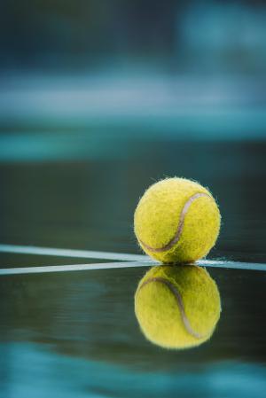 bal in de regen op de lijn